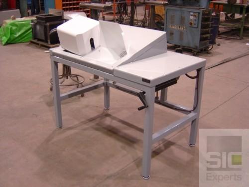 Manual adjustable table