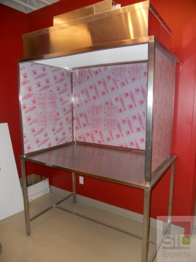 Vertical laminar flow hood with HEPA filter